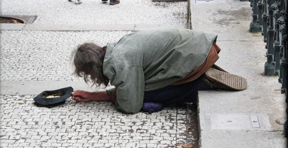 Det är först när fattigdomen sitter utanför NK när EU-vännerna ska handla sina julklappar som vi får en debatt om den fattigdom som EU skapar.