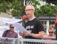 Karl Strandberg talar på elektrikernas manifestation i Malmö.
